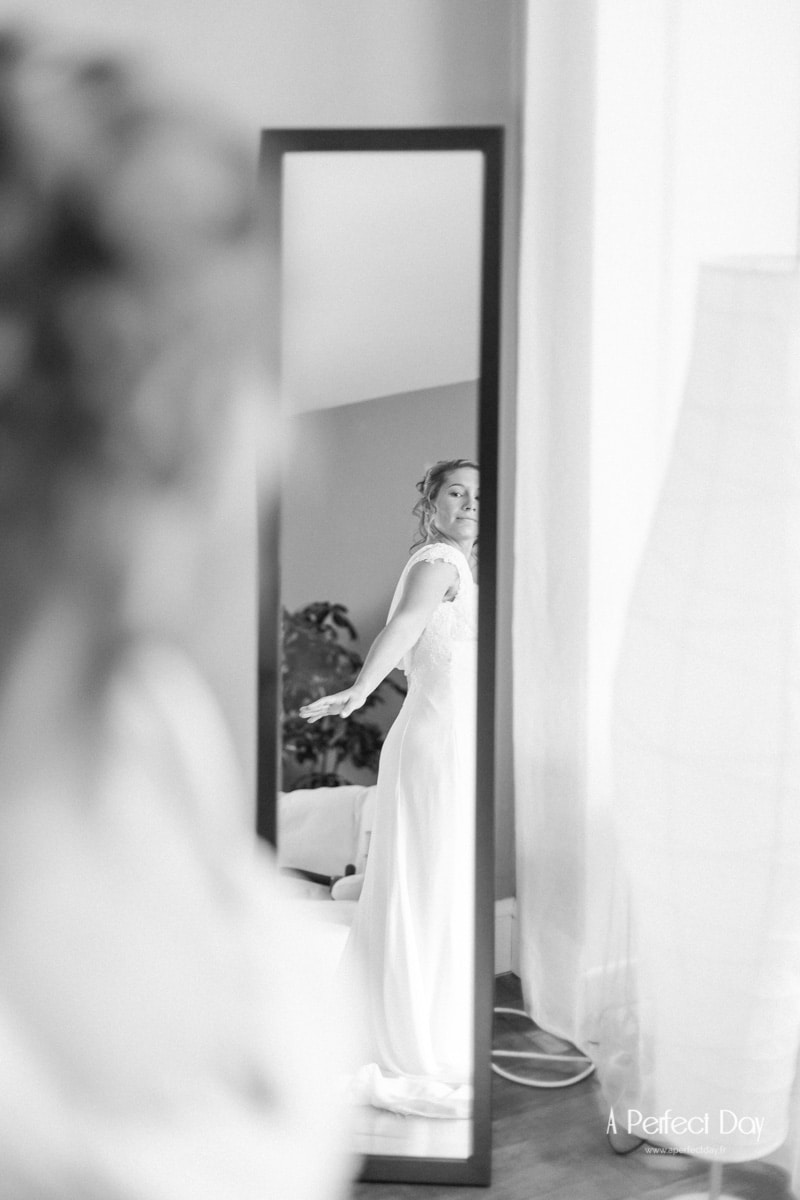la mariée essaye sa robe devant le miroir