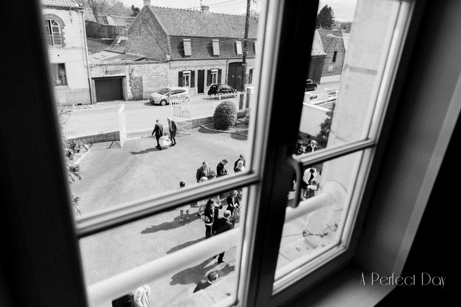 Mariage de Sophie & Olivier - vue sur la cour depuis la salle des mariages