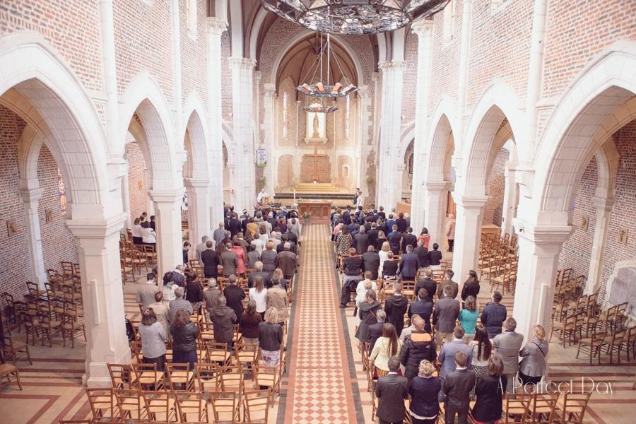 Mariage de Sophie & Olivier - plan large de l'intérieur de L'église de Maroeuil