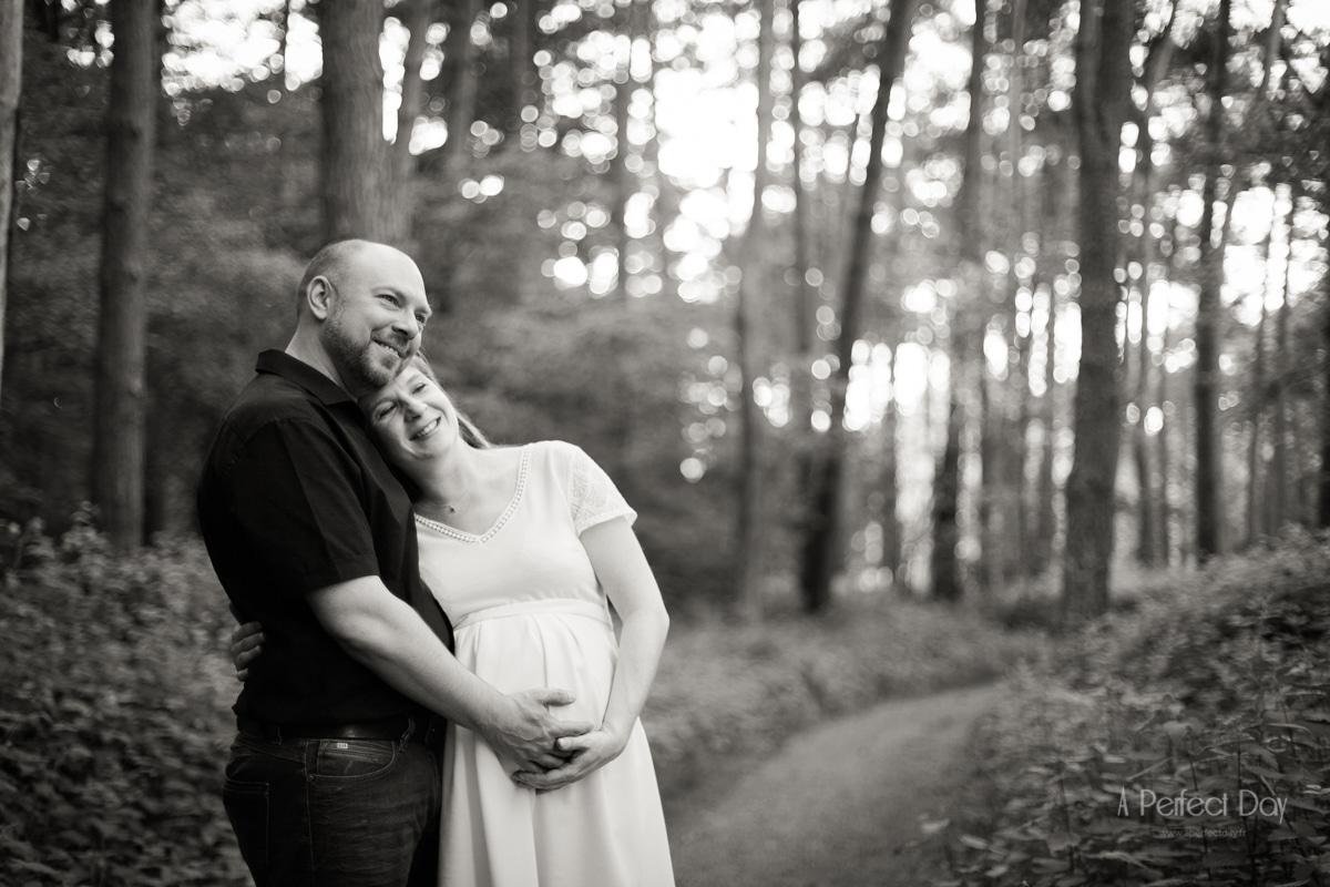 séance photo grossesse couple en forêt de Marchiennes