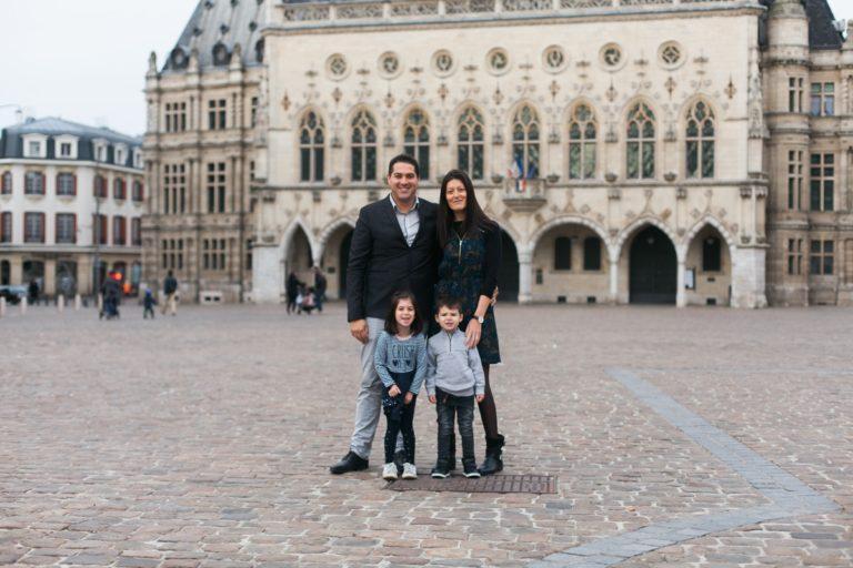 Un shooting famille à Arras, sur la place des Héros, au pied du beffroi