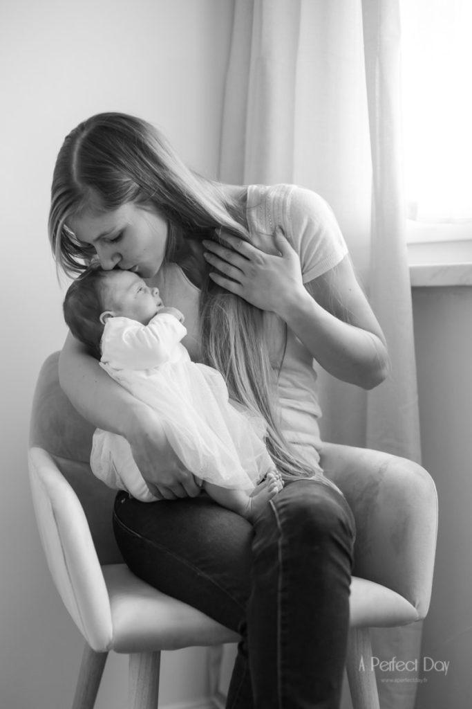 photo en noir et blanc d'une maman avec son bébé