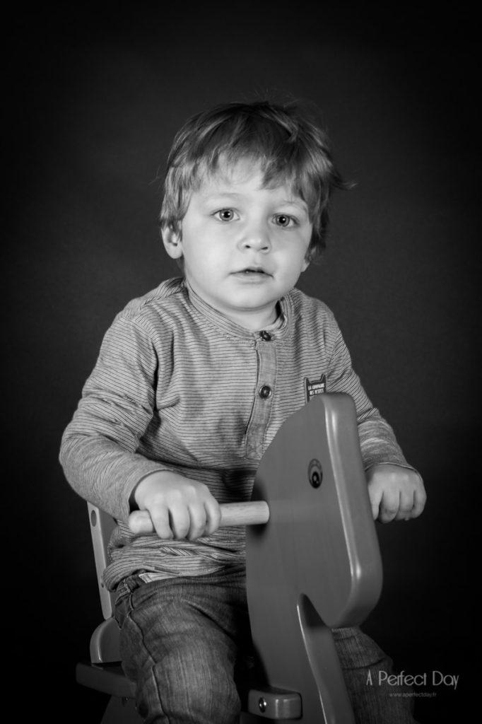 portrait d'un garçon réalisé à l'occasion d'une séance photo studio à domicile à lille