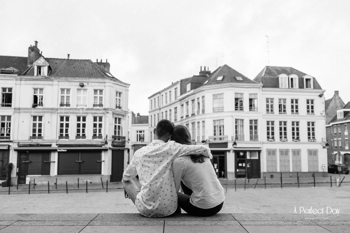 photo de couple sur le parvis de notre dame de la treille à Lille